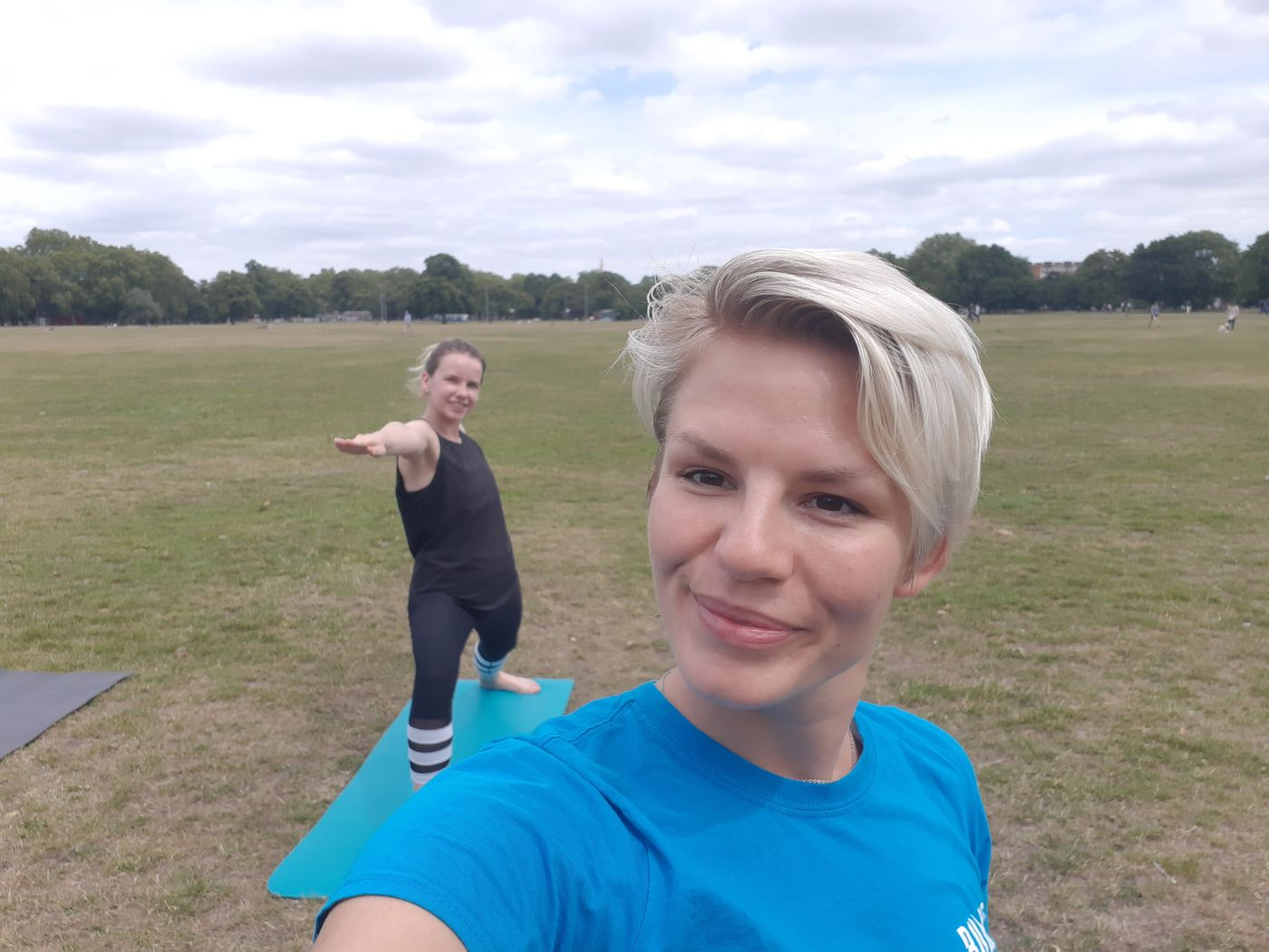 Friday recharge yoga at Clapham Common with @silvonika_135019. Hello weekend - we are ready for ya!