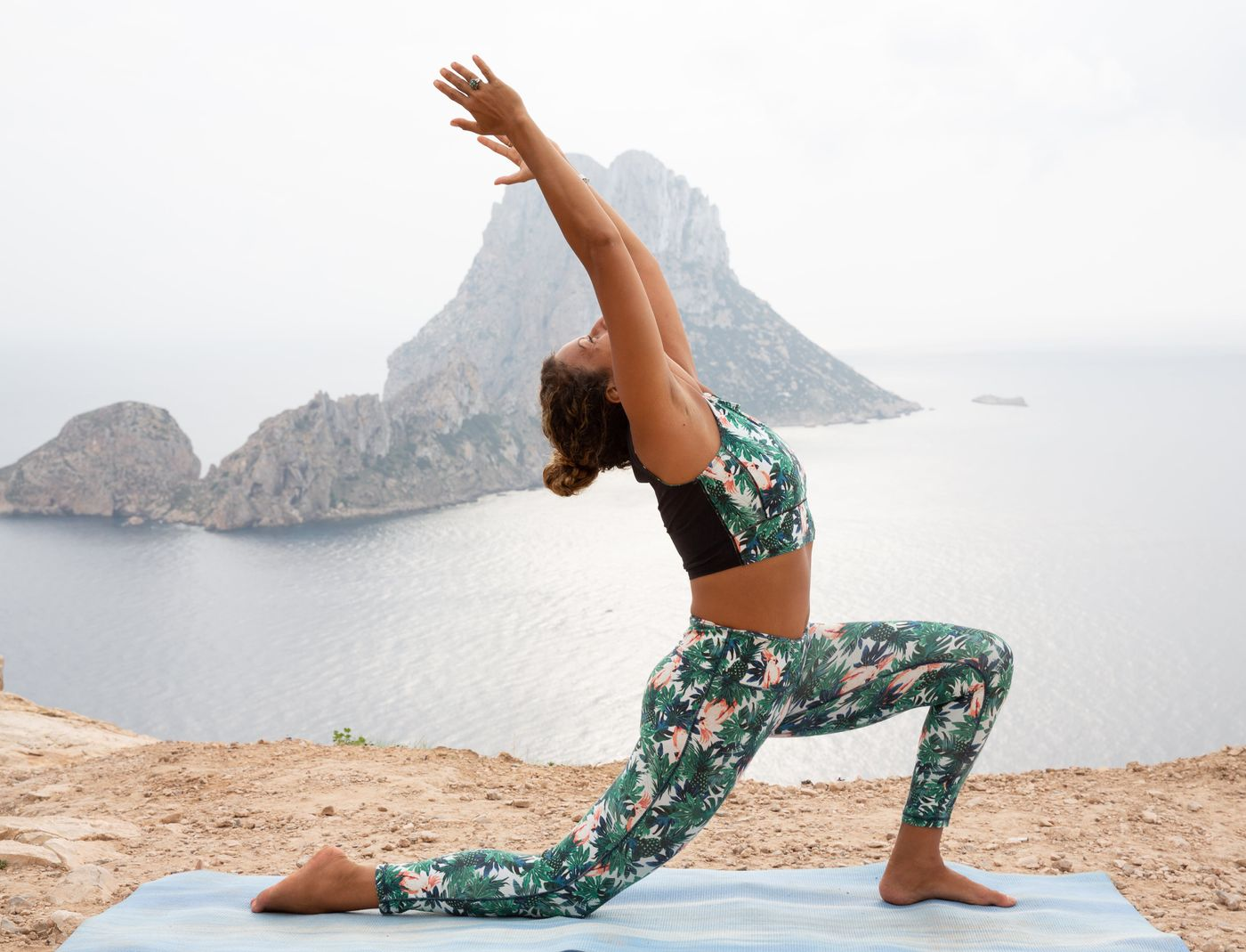 Happy Monday! Fancy improving your strength, mobility and flexibility? Then join me for  this evening at 7.30pm for a yoga class specifically designed for this - tonights theme: core and hip opening. Yoga stretches are amazing tools to help open up and strengthen the body and prepare it for dynamic sport & exercise and of course and most importantly to prevent injury!  x