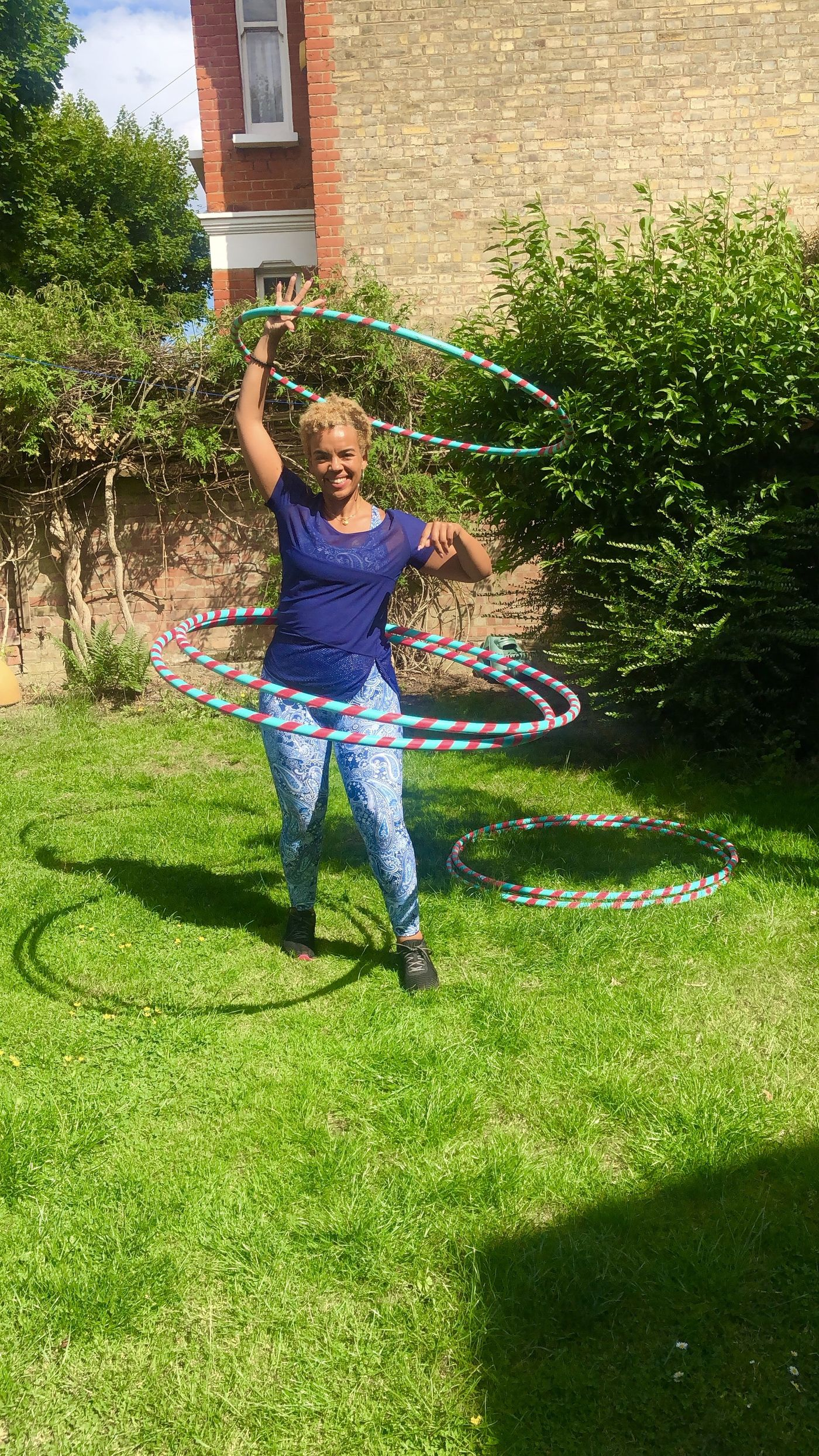 Hey Bua Fit community 😊  I would love to know do we have any Hula hoopers here who would like a weekly class?  Let me know.💪🏾⭕️